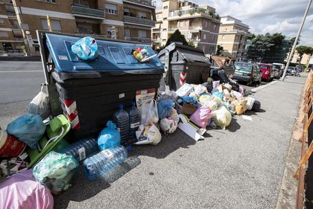 Rifiuti fuori dai cassonetti in via di Boccea a Roma ARCHIVIO © ANSA