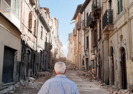 Via Roma, il giorno dopo il terremoto del 6 aprile 2009, L'Aquila. - Fonte foto: ANSA - Rocco Rorandelli / TerraProject