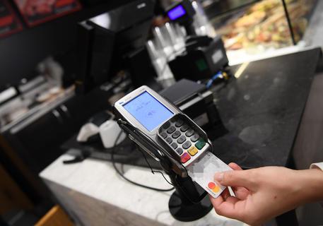 Un pagamento POS con carta di credito © ANSA