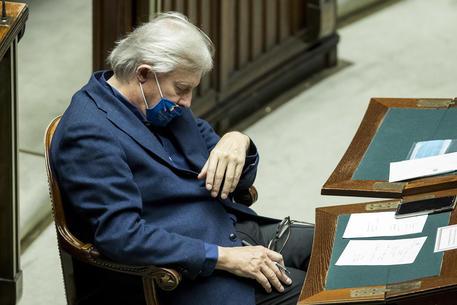 Vittorio Sgarbi fa un pisolino durante il discorso di Conte alla Camera