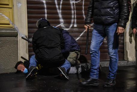 Un momento degli scontri a Milano ANSA/MATTEO CORNER © ANSA