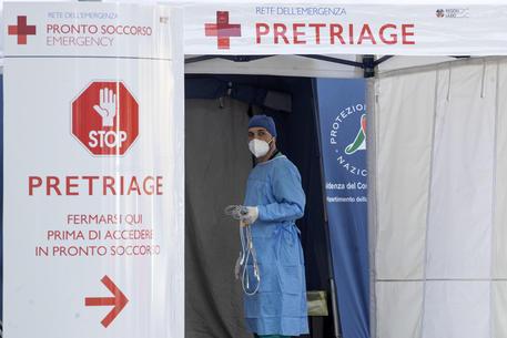Un membro dello staff medico dell'ospedale San Filippo Neri © ANSA