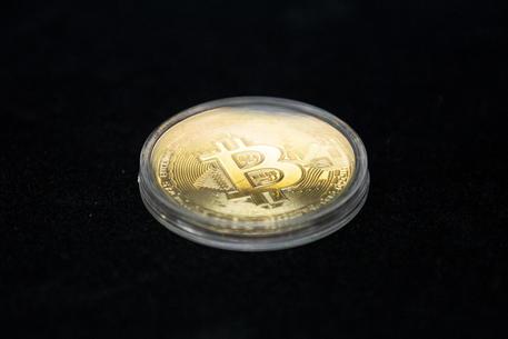 Bitcoin: continua corsa, vola sopra 28.000 dollari