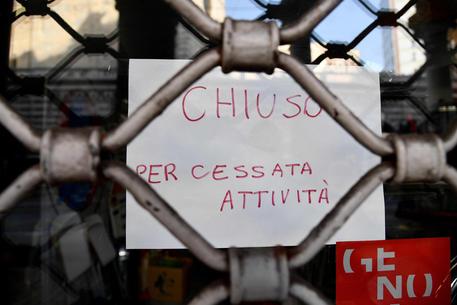 Un negozio chiuso nel centro di Genova (archivio) © ANSA