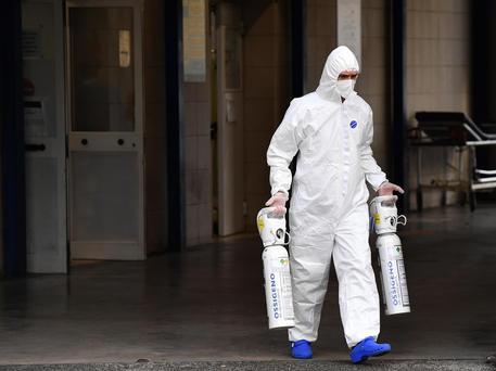 Un operatore sanitario con le bombole di ossigeno (Foto d'archivio) © ANSA
