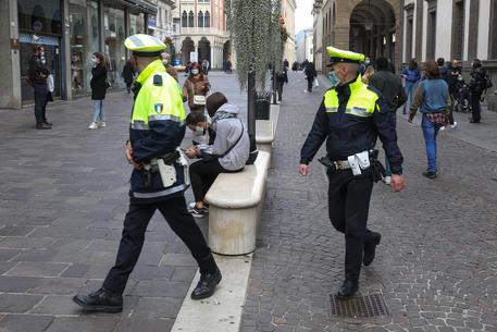 Ragazzo bloccato a terra da vigili, video innesca polemiche thumbnail