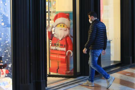 Una vetrina a tema natalizio a Milano © ANSA