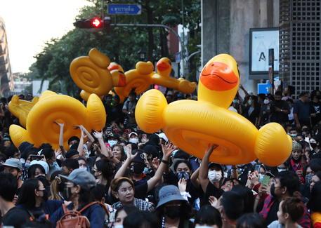 Bangkok torna in piazza dopo gli scontri. Papere di plastica come scudi