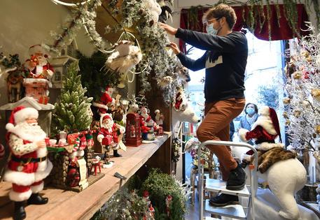 Un negozio con le decorazioni natalizie a Milano © ANSA