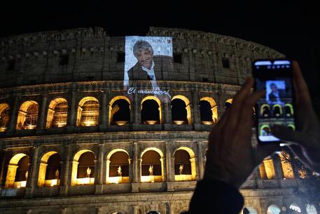 L'omaggio a Gigi Proietti al Colosseo © ANSA