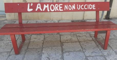 La panchina rossa che si trova Scicli © Ansa