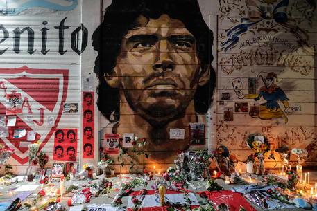 Candele e fiori per Maradona a Buenos Aires © EPA