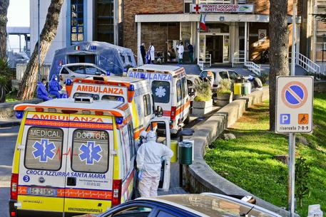 Le ambulanze in coda all'Ospedale Cotugno, Napoli, archivio 7 novembre 2020 © ANSA