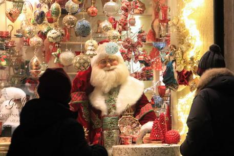 La vetrina di un negozio per Natale © ANSA