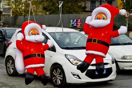 Pupazzi di Babbo Natale in vendita a Napoli © ANSA
