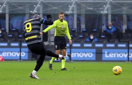 Lukaku segna il, rigore della vittoria dell'Inter sul Napoli © ANSA
