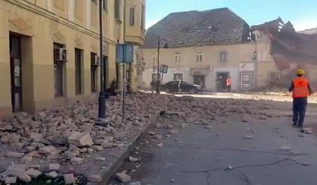 Un frame tratto da un video pubblicato dai media croati su twitter dei crolli a Petrinja, una cinquantina di km a sud di Zagabria © ANSA