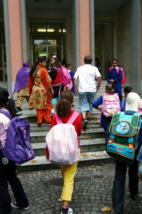 Alunni all'entrata di una scuola (foto d'archivio) © ANSA