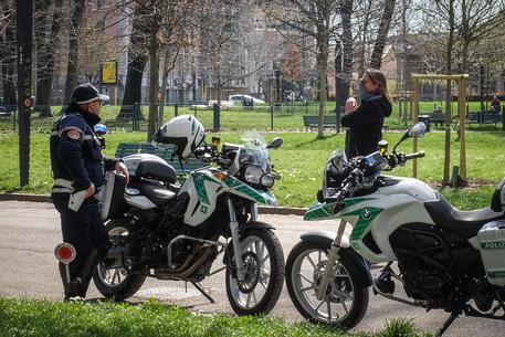 Controlli della polizia in un parco a Milano © ANSA