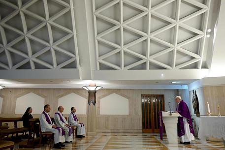 Papa Francesco celebra messa nella residenza Santa Marta © ANSA