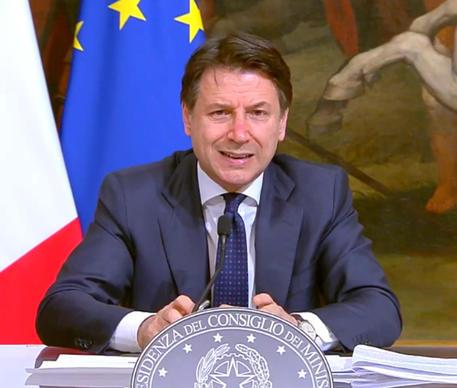 Il fermo immagine mostra il presidente del Consiglio, Giuseppe Conte, in conferenza stampa a Palazzo Chigi © ANSA