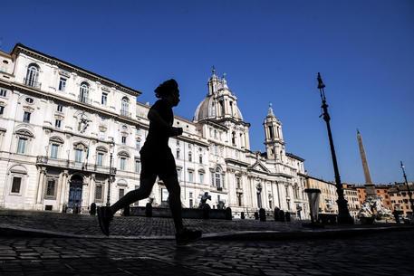 Un runner a Piazza Navona © ANSA
