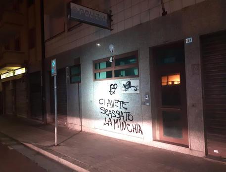 Foto scritte contro polizia Cagliari ©