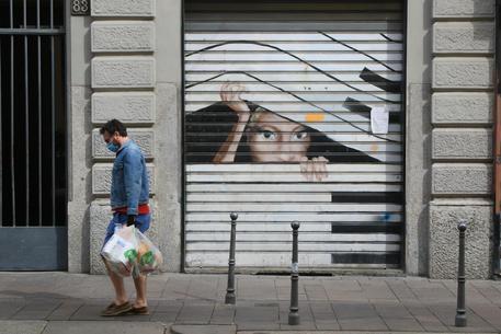 La serranda chiusa di un negozio © ANSA
