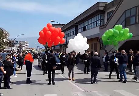 Un fermo immagine dei funerali © ANSA