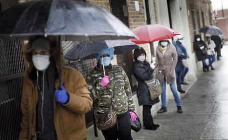 New York, in fila per il test sul Covid-19 al Gotham Health Center nel Bronx © EPA