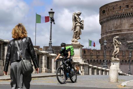 Roma, un rider al lavoro © ANSA
