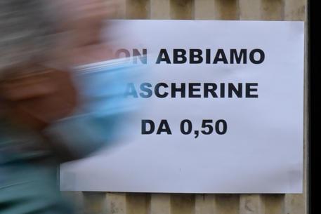 Un cartello esposto all'esterno di una farmacia ©