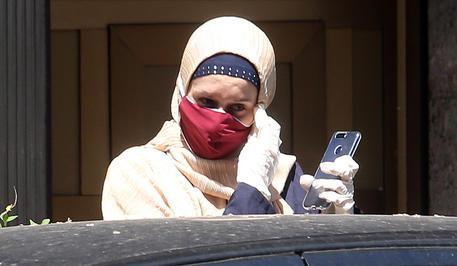 Silvia Romano esce di casa dopo la quarantena - Cronaca - ANSA