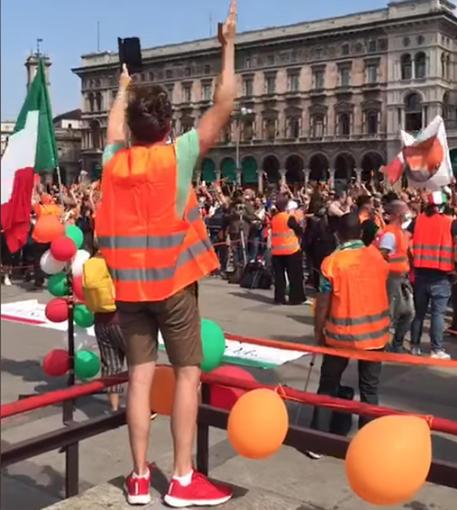 Gilet arancioni in piazza a Milano © ANSA