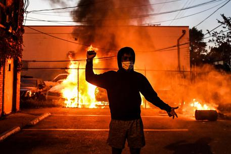 Usa: l'America brucia per George Floyd, 60 agenti feriti © AFP
