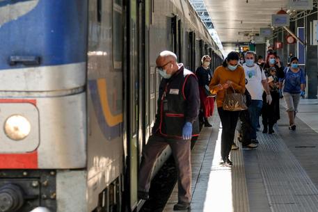 Viaggiatori nella stazione Termini tra segnaletica, cartelli e controlli ©