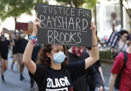 Proteste davanti al dipartimento di polizia di Atlanta © EPA