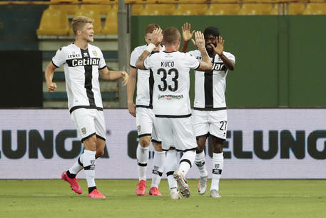 I compagni di squadra festeggiano Gervinho autore del gol durante Parma Inter del 28 giugno 2020 © ANSA