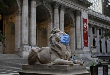 La statua del leone davanti alla Biblioteca pubblica di New York © EPA