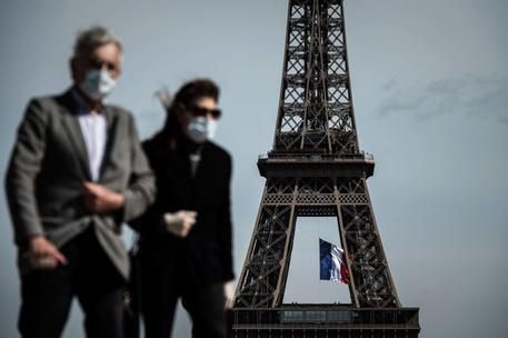 Un uomo e una donna con la mascherina a Parigi © AFP
