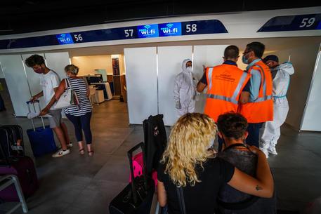 Controlli all'aeroporto Capodichino a Napoli © ANSA
