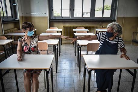 Controllo della distanza tra i banchi nelle aule © ANSA