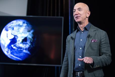 Bezos sempre più paperone, vale oltre 200 miliardi di dollari