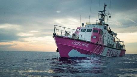 Migranti: Banksy finanzia nave per soccorso in mare © ANSA