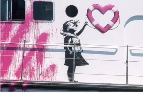 La fiancata della nave di Banksy in un frame tratto dal video da lui postato su Instagram © Ansa