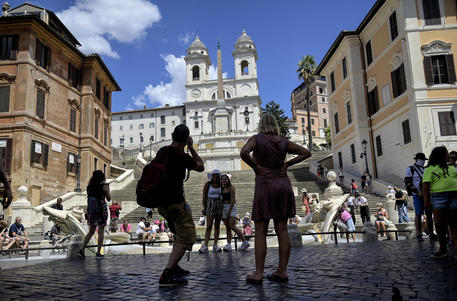 Turisti in Piazza di Spagna a Roma © ANSA