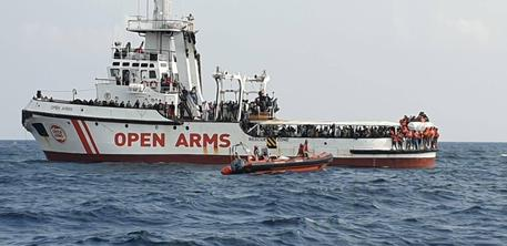 Migranti a bordo Open Arms si gettano in mare per protesta © ANSA