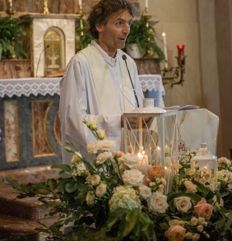 Prete ucciso a Como, centinaia di fedeli al funerale