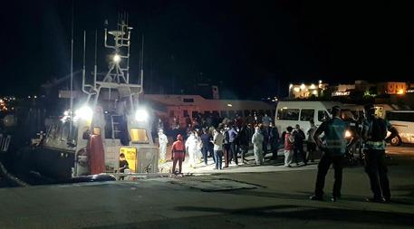 Uno sbarco a Lampedusa a inizio settembre © ANSA