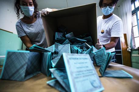 Scrutatori svuotano le urne elettorali © ANSA